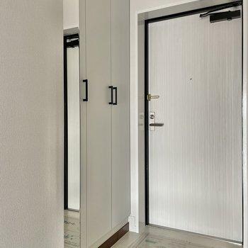 玄関はゆったりと。靴箱は鏡付きです。