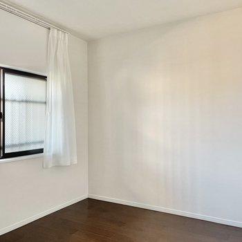 【6.1帖の洋室】ここはご夫婦の寝室に。クイーンサイズのベッドを置いて仲良く就寝しましょうね。