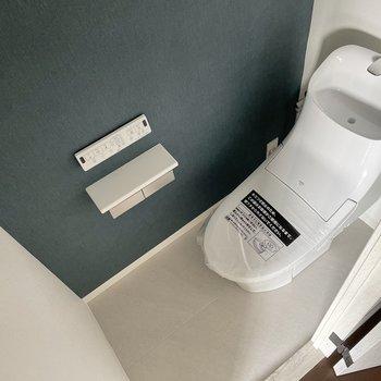 まずはトイレ。ブルーのクロスが大人っぽいんです。