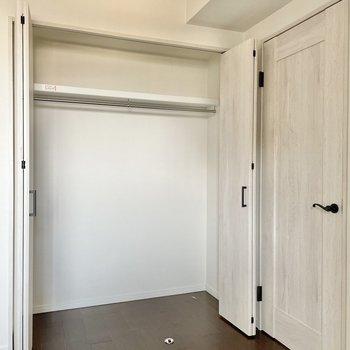 【6.1帖の洋室】収納はどーんっと大きめ!ケースを使って収納幅を広げましょ。