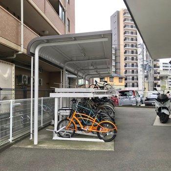 駐輪場は半屋根つきです。