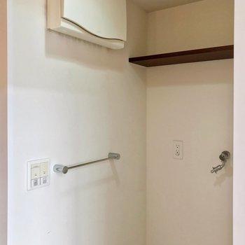 反対側に棚つきの洗濯機置場。 縦型の洗濯機ならしっかり置けそうですよ。