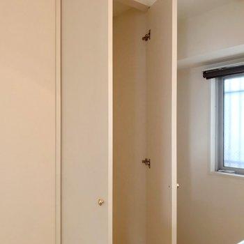 背面には棚を入れ込んで使いたい収納。