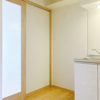 キッチンの横には冷蔵庫スペース。上にも小さめの棚がありますよ。