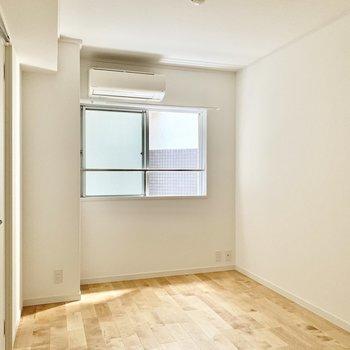 【北側洋室】こちらのお部屋にもエアコンがあります。