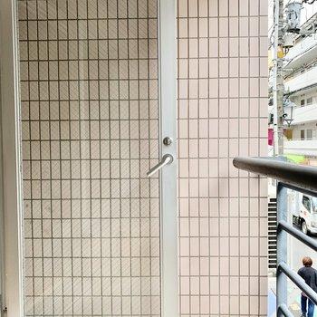バルコニーはガラスドアから出入りします。