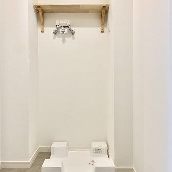 脱衣所には洗濯機置場が。上部には棚も設置済みです。