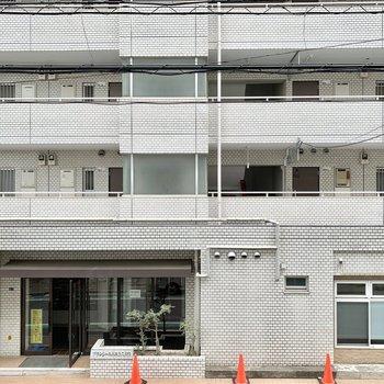 通りをはさんでマンションが見えます。