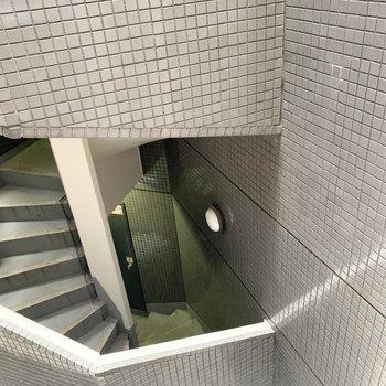お隣マンションの共用階段に面しています。