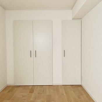 【北側洋室】壁面は一面収納に。