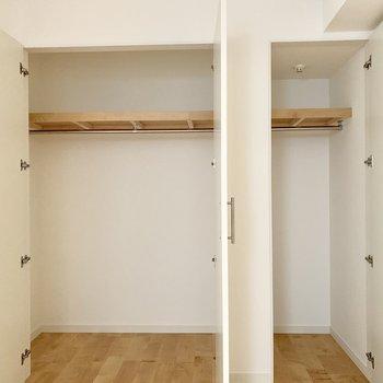 【北側洋室】ポール付きでたくさん収納できます。