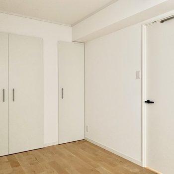 【北側洋室】白い建具と黒の取手が素敵です。