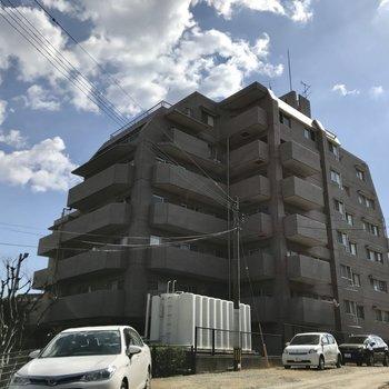 大橋駅から6分ほど。どっしりと佇む大きなマンションです