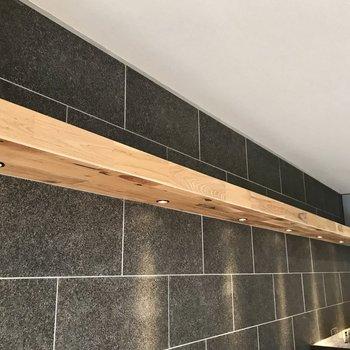 照明付きの木の棚。ラタンやステンレスのバスケットを置いてもいいなぁ