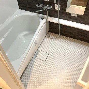 お風呂は足が伸ばせるくらいゆったりサイズ♩
