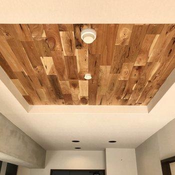 天井の電気のところも無垢材。中央にはコンクリの梁も…!