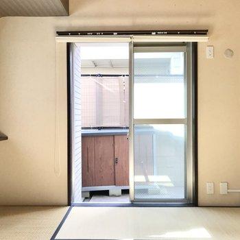 暖かな光でウトウト…◯ 大きな窓にはロールカーテン、小窓にはブラインドカーテン付きです