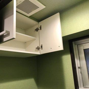上には棚と換気扇、窓がありますよ!