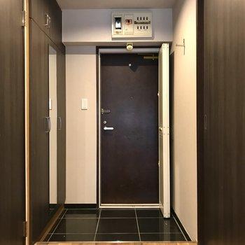 玄関には鏡付きのシューズボックス