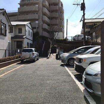マンションへは駐車場を通り抜けて…