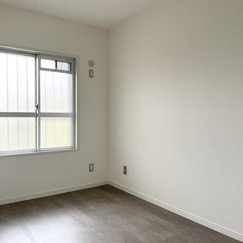 5.5帖の洋室。寝室にも書斎にもできそう。