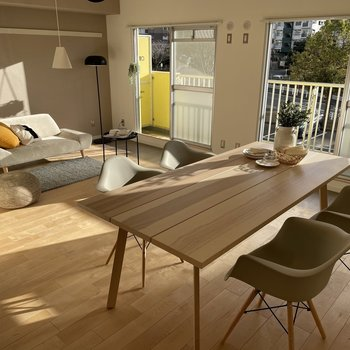 大きめのダイニングテーブルも余裕で置けちゃう広さ!(※写真の家具・小物は見本です)
