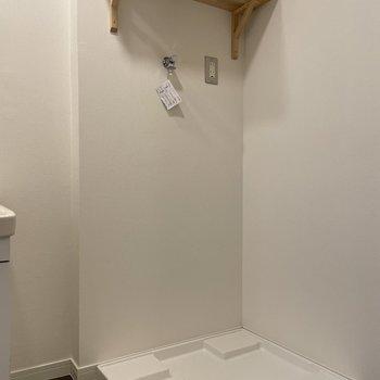 洗濯機置き場は新品のものに交換し、棚を取り付けました。
