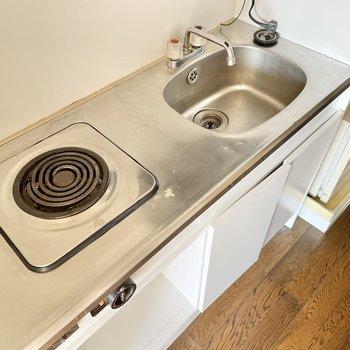 キッチンはコンパクト。まな板はシンクを覆えるサイズのものにするのがおすすめかな。
