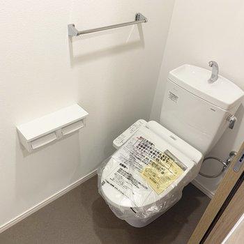 トイレはウォシュレットと棚付き。(※写真は6階の同間取り別部屋のものです)