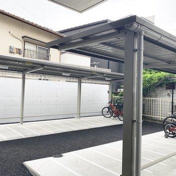 駐輪場は屋根付きで雨に濡れにくいですよ。