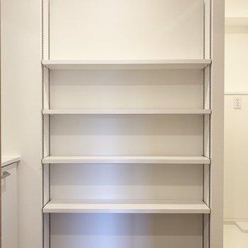 可動棚には洗剤やタオルなどを。(※写真は6階の同間取り別部屋のものです)