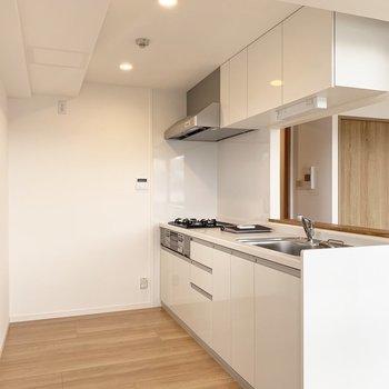 背面には冷蔵庫や食器棚をサイズを気にせず置けますよ。(※写真は6階の同間取り別部屋のものです)