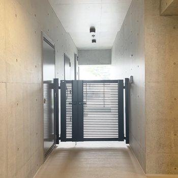 玄関通路と共用部は門で仕切られているのでプライベートもしっかり守られます○