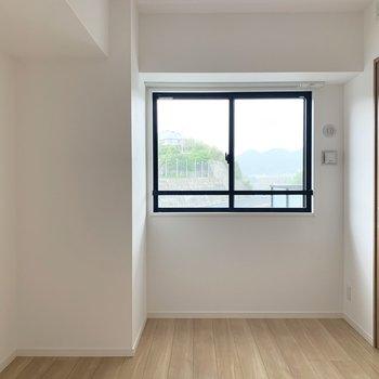もう1つの洋室は開き戸で仕切られています。小窓はカフェカーテンでもいいですね。(※写真は6階の同間取り別部屋のものです)
