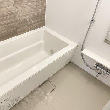 浴槽は、お子さまと2人で入れる広さ。浴室乾燥機も付いていますよ。(※写真は6階の同間取り別部屋のものです)