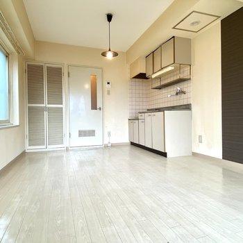 床も白色なので、暗めの家具を置けばメリハリを付けれそうです!