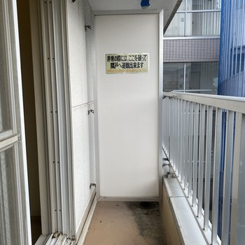 ベランダで、洗濯物を干せるくらいの幅はあります。