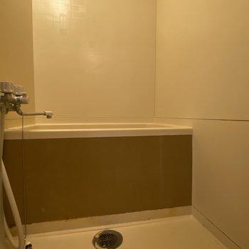お風呂もシンプルな感じです。※写真は清掃前のものです