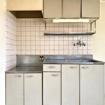 キッチンはシンプルな感じ。コンロは2口のものが置けそうです。※写真は清掃前のものです