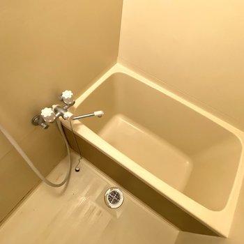 浴槽、洗い場ともに広さがあり、使いやすそう。※写真は清掃前のものです