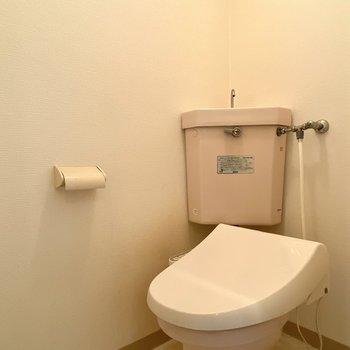 トイレは温水洗浄付きです。※写真は清掃前のものです