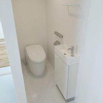 タンクレストイレに手洗い器付き!便座は自動開閉式でした◎