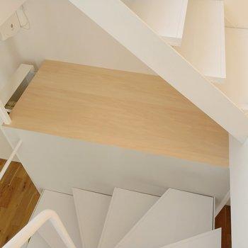最上階に登りましょう!途中にはこんなスペース。見せる収納をしたいです。