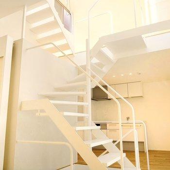 上から螺旋を描いて光が射し込む、素敵なお部屋。