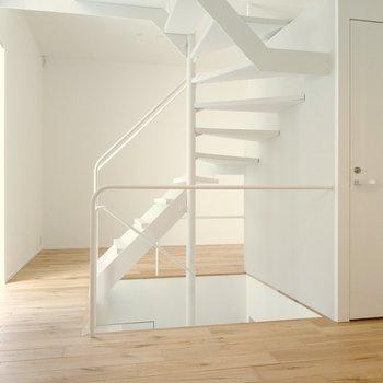 2階がリビング空間。右の扉はトイレです。キッチン反対側の空間から。