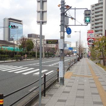 【周辺環境】チェーンのお店もあります。これをまっすぐ行くと阪急の駅へ。