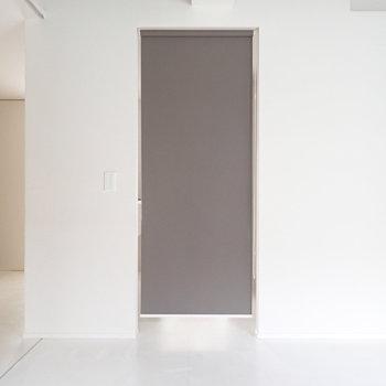 洋室もロールスクリーンでキッチンを隠せます。