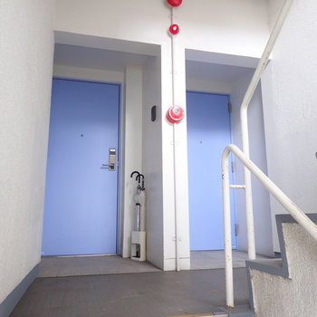 【共用部】ドアもパープル!