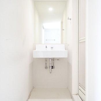 洗面台は下に収納を置けます。鏡が大きい!