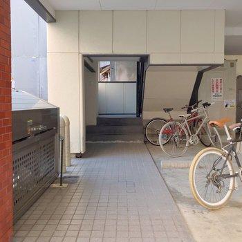 建物の入り口はこちら。駐輪場もありますよ。